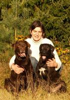 Christine Hakim und Team,  39 Jahre, erfahrene Trainerin für Apportier-, Fährten und Dummyarbeit. Zudem Studium an der Akademie für Tiernaturheilkunde.,  Vision und Mission: Menschen mit Jagdhunden, die nicht jagdlich geführt werden, für die artgerechte Beschäftigung ihrer Hunde zu interessieren und zu begeistern. Mit ihrer Tätigkeit zu einer harmonischen und respektvollen Mensch-Hund-Beziehung beizutragen.