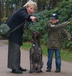 Mutter und Sebastian, kurz Basti genannt, mit ihrer Deutsch Kurzhaarhündin Brixi, aufmerksam erwartet der Hund seine Aufgaben und Kommandos