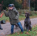 Sebastian mit seiner Deutsch Kurzhaarhündin Brixi bereitet den Einsatz des Dummys zum Apport vor